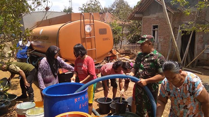 Anggota Koramil 13/Majenang Semangat Bantu Warga Pendistribusian Air Bersih