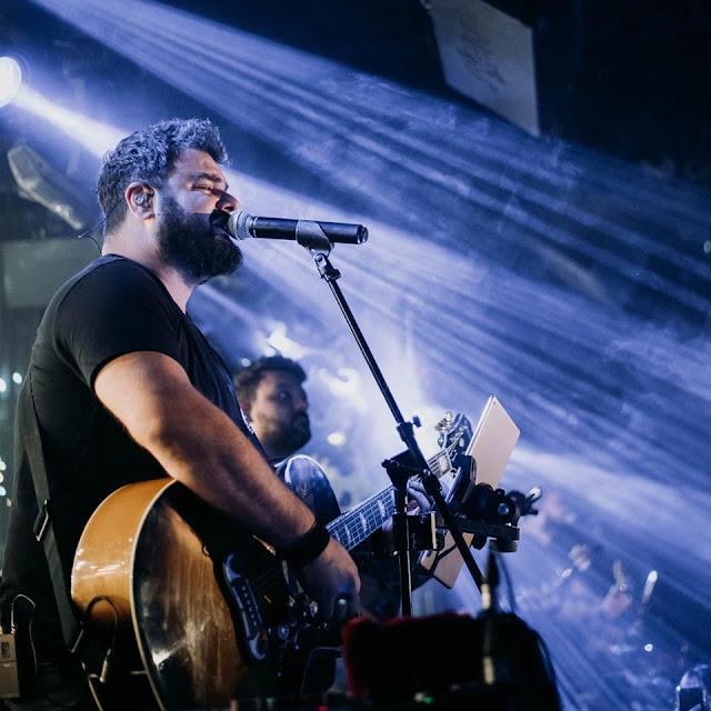 Ηλίας Καμπακάκης: Ασύλληπτες εικόνες από τα όσα συμβαίνουν στις Κυριακάτικες live εμφανίσεις του στη Θεσσαλονίκη