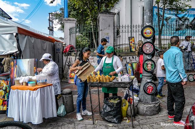 Milho assado, oblea e outros petiscos típicos da Colômbia na Feira de Usaquén