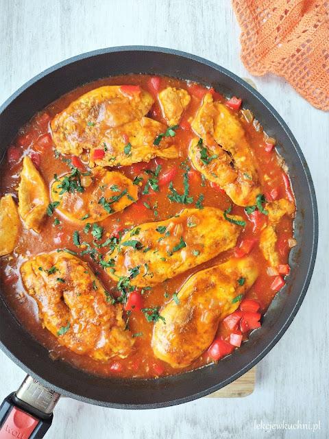 Kurczak w sosie pomidorowym z curry i papryką