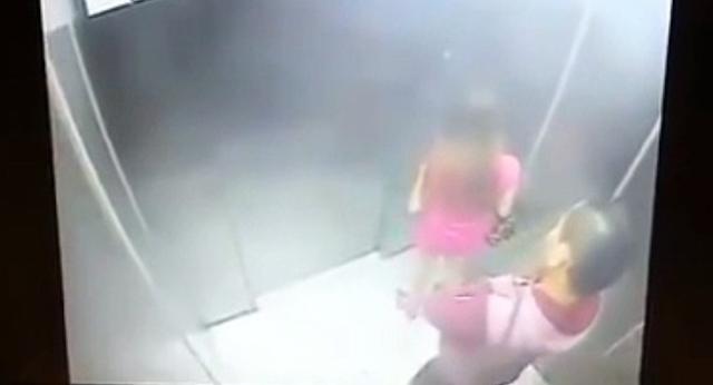 Wanita Berpakaian Seksi Ini Terkejut Saat Pria di Belakangnya Melakukan Hal Ini di Dalam Lift, Yuk Bantu BAGIKAN Ke Yang Lain Agar Mereka Tahu