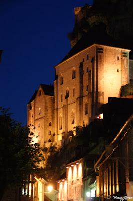 Lo splendido quadro di una Rocamadour in notturna