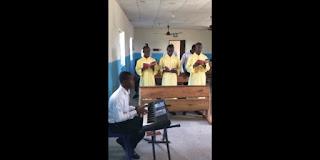 آخر صور وفيديو للاكليريكي الذي قتل، يرنم وسط جماعة فرحة