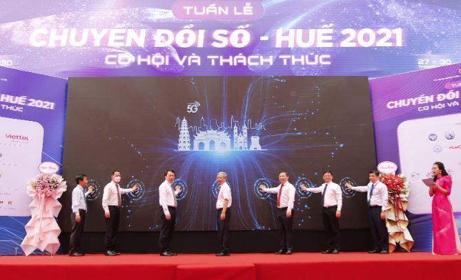 Ảnh minh họa: Thứ trưởng Bộ TT&TT Nguyễn Huy Dũng tham gia bấm nút khai trương mạng 5G Viettel tại Thừa Thiên Huế.