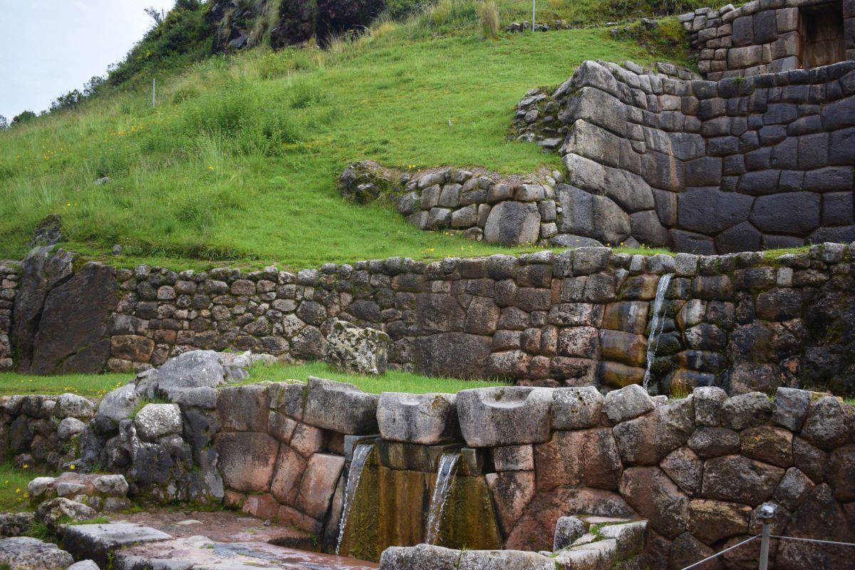 canal de agua entre pedras incas