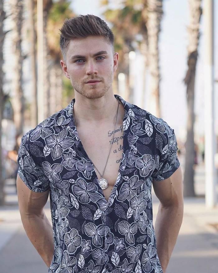 Look com camisa floral masculina azul escuro e detalhes em branco