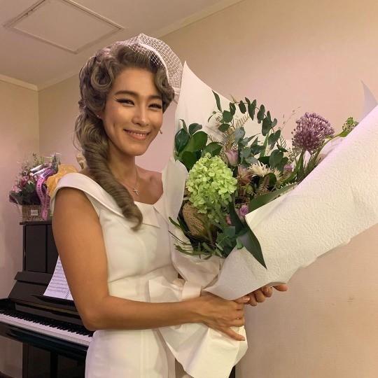 Kahi müzikali için kocasından çiçek aldı