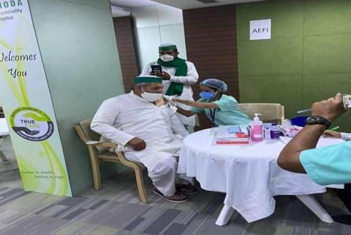 Rakesh Tikait ने गाजियाबाद में लगवाया कोरोना वैक्सीन