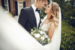 jovem lindo casal se casando