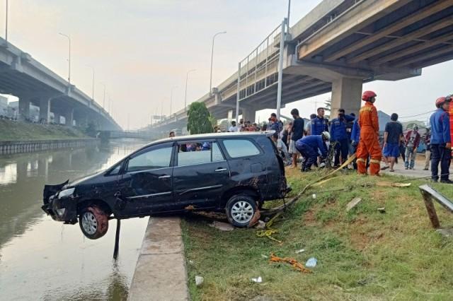 Detik-detik Mobil yang Ditumpangi Satu Keluarga Terjun ke Sungai Kalimalang, Bocah 3 Tahun Hilang