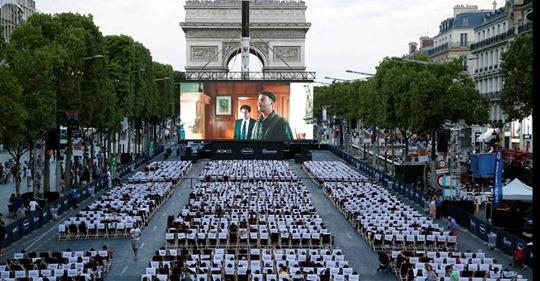 Tο πιο όμορφο θερινό σινεμά στον κόσμο στήθηκε στη Σανς Ελιζέ στο Παρίσι