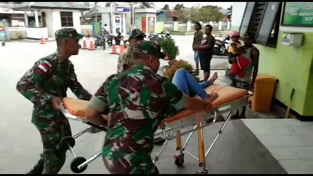 Satgas Pamtas Selamatkan Korban Kecelakaan Bermotor di Keerom