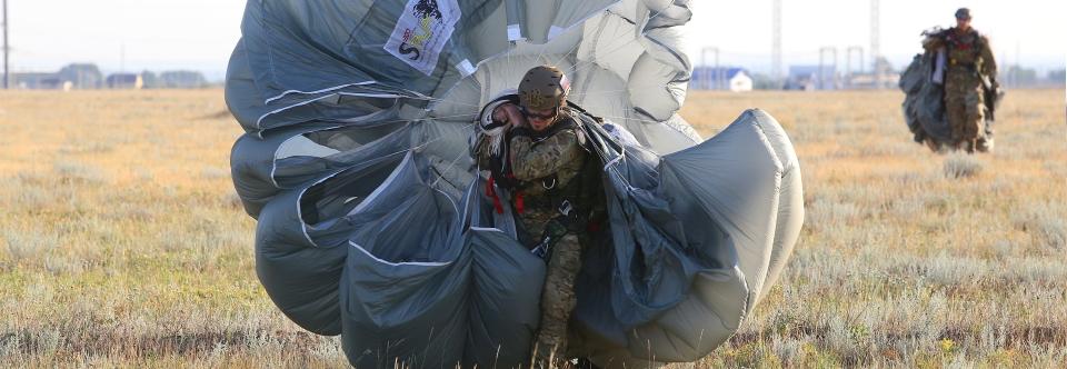 Російський спецназ почав отримувати нові типи парашутів