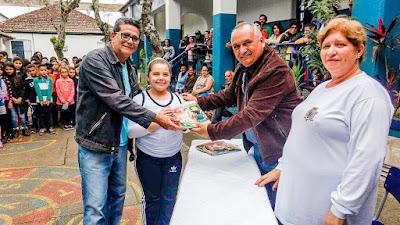 ENTREGA DE MATERIAL ESCOLAR EM IGUAPE