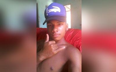 'Dudu' foi morto a tiros dentro de sua própria casa (Foto: Ubatã Notícias)  Um jovem identificado como Fabrício Santos, mais conhecido como Dudu, idade ignorada, foi morto a tiros na noite deste sábado (1º), no Bairro Londrina, em Ubatã. Segundo informações colhidas pelo Ubatã Notícias, dois homens armados chegaram à localidade a bordo de uma motocicleta. Teriam descido do veículo e ido, a pé, na residência da vítima, onde teria pedido água. Quando um familiar abriu o portão, os criminosos invadiram a casa e executaram a vítima na frente de sua mãe e irmãos. Após cometer o crime, os bandidos fugiram. A Polícia Militar esteve no local e realizou diligências para tentar prender os suspeitos, mas não obteve êxito. Não foi informado se a vítima possuía passagem pela Polícia. O Departamento de Polícia Técnica (DPT) foi acionado e realizará o levantamento cadavérico. A Polícia Civil fará a apuração do caso. Em tempo, é o segundo homicídio ocorrido num intervalo inferior a 96 horas (lembrar). (Ubatã Notícias)