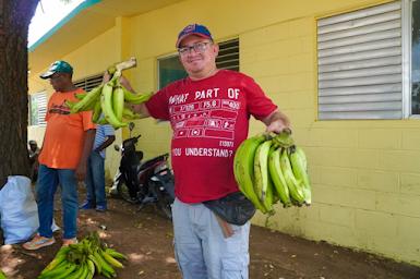 INESPRE en las calles contra la inflación; vende la unidad de plátano a un peso.