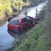 Carro ocupado por duas jovens vai parar dentro de rio no centro de Lages