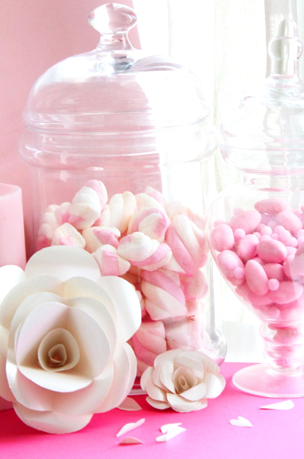 bonbonnières remplies de bonbons avec décor en fleur