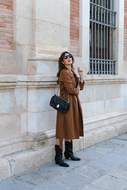 Fashion South con trench en color toffee y gafas Wayfarer