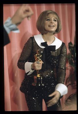 Barbra Streisand con su Óscar a la mejor actriz