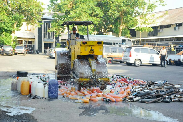 "1.686 Liter Tuak dan Brem ""Banjiri"" Pelataran Polres Lombok Timur"