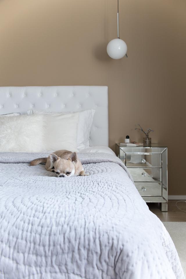 Villa H, makuuhuoneen sisustus, peilipintainen yöpöytä, bedroom interior