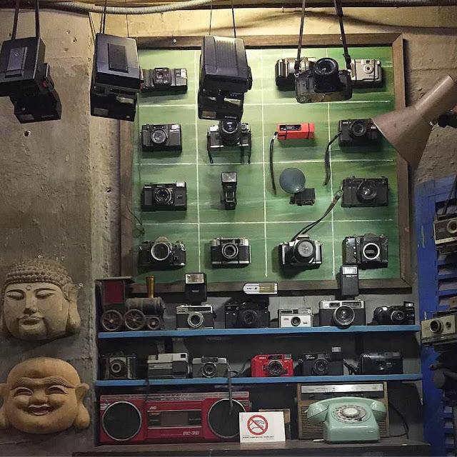 Kệ tường đầy những chiếc máy phim cổ điển
