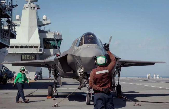 F-35 diatas kapal induk Inggris HMS Queen Elizabeth
