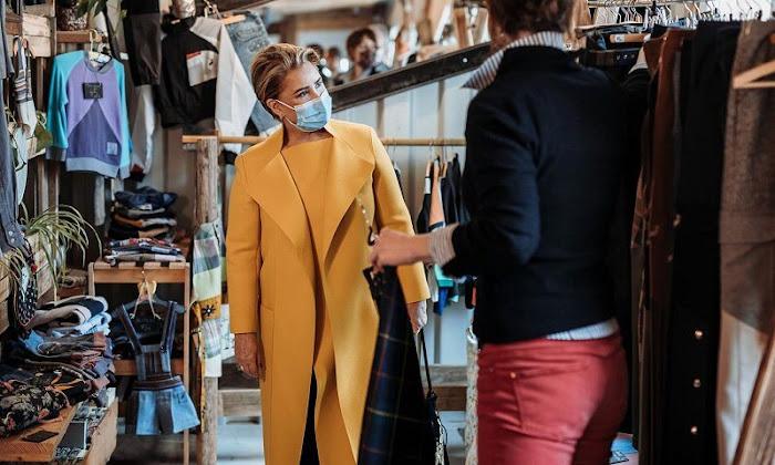 Grand Duchess Maria Teresa wore a black embroidered drill coat from Valentino. Yellow coat. BENU Village Esch in Esch-sur-Alzette