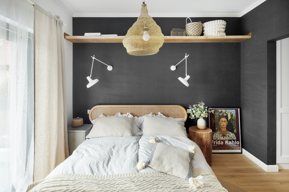 Dormitorio rústico industrial con pared negra