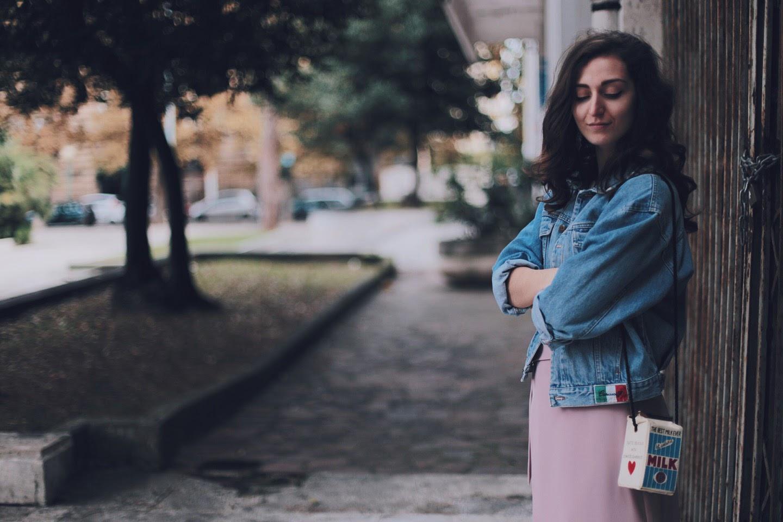 Una giacca oversize in denim ed un look femminile