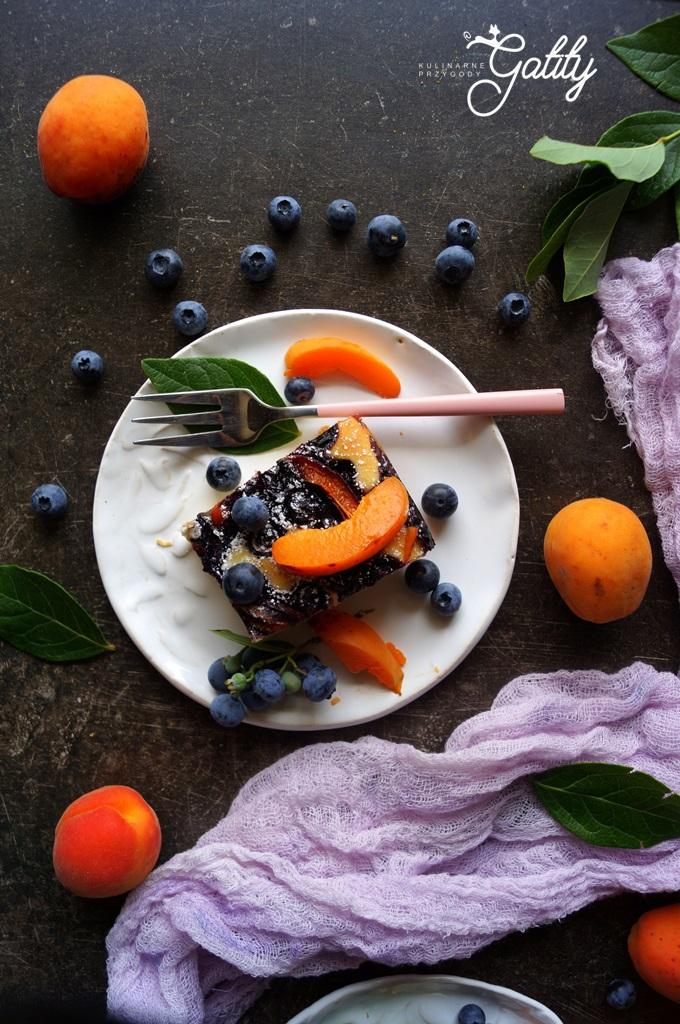 kolorowe-owoce-na-ciescie-widok-z-gory