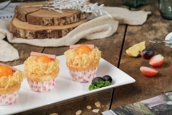 """Nhắc đến """"trứng muối"""" thì có lẽ hình ảnh đầu tiên hiện lên trong đầu chính là món """"bánh bông lan trứng muối"""" thần thánh với phần trứng muối mặn mà đặc trưng, phủ một lớp sốt béo ngậy với phần bông lan mềm, ngọt, xốp hòa quện vô cùng thơm ngon."""