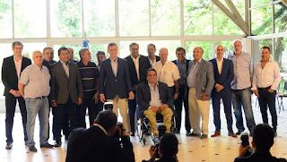 Macri con sindicalistas y funcionarios, en un brindis en la Quinta de Olivos por el fin de año (David Fernández).