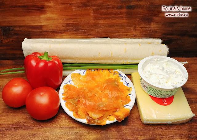 Рулетики с красной рыбой, сыром и перцем