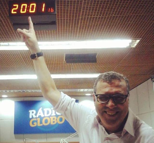 """O jornalista esportivo e apresentador Máercio Ramos, o """"Morcegão"""", no estúdio da Rádio Globo em São Paulo, alguns dias antes de ser demitido: onda de demissões no Sistema Globo de Rádio atingiu funcionários com mais de 20 anos de casa (Foto: reprodução / redes sociais)"""