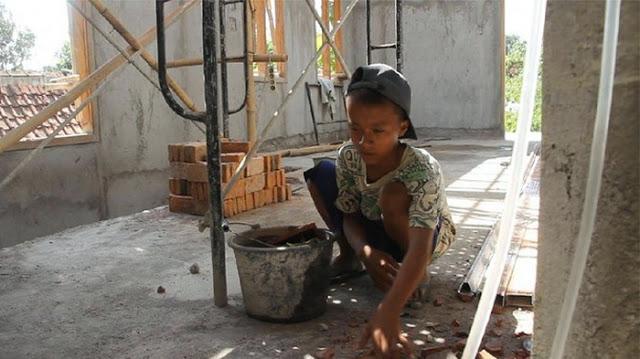 Kerasnya Kehidupan, Pelajar MTS Kerja Bangunan Demi Beli Smartphone Agar Tetap Bisa Sekolah