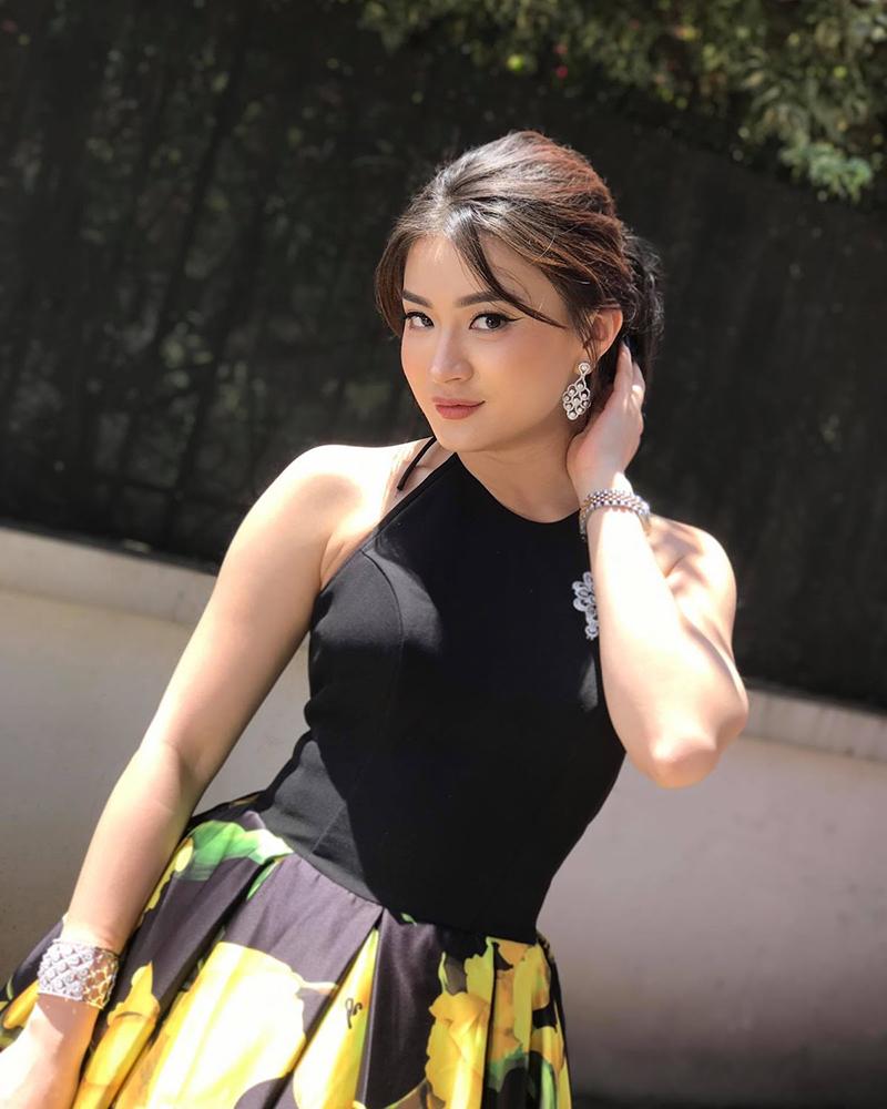cewek manis dan seksi Wutt Hmone Shwe Yi bibir merah tebar