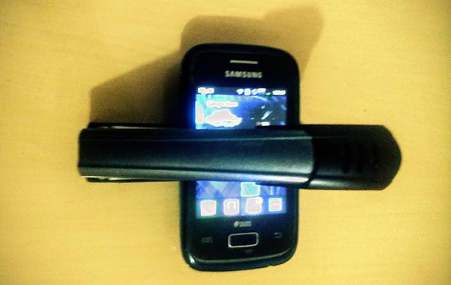 A foto mostra um telefone grampeado isso significa em que nos momentos de tentativas de golpes sempre existem também a possibilidade de todos terem seus dispositivos grampeados ligados a internet.