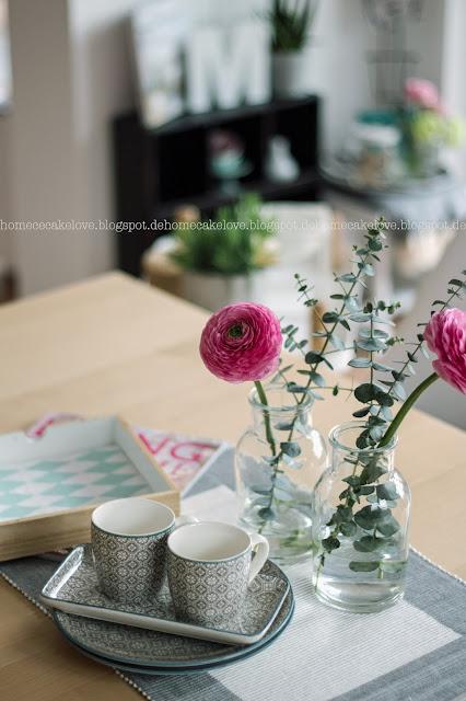 Geschirr blau grau, Geschirr orientalisch, Blumenarrangement , Esszimmer Dekoration,