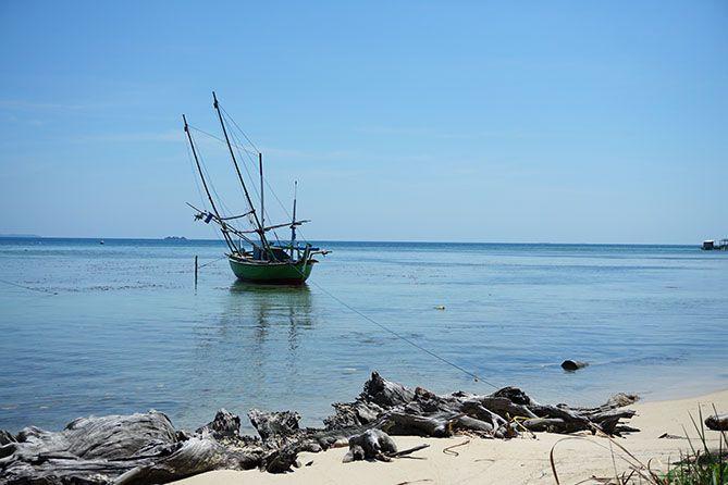 Perahu nelayan tertambat di pantai