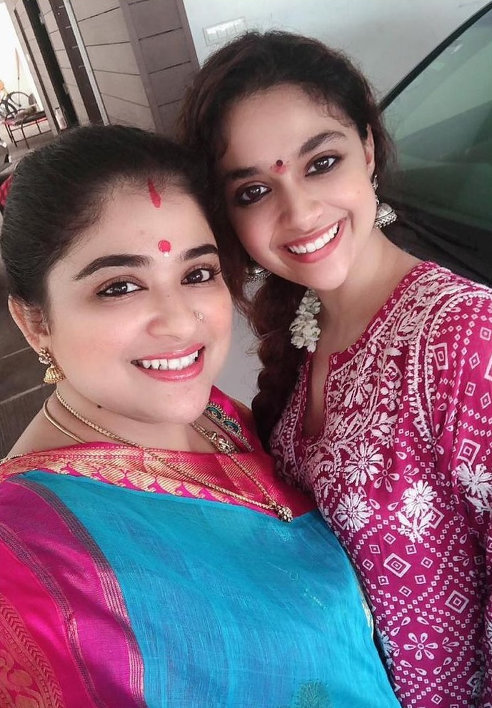 Keerthy Suresh Lovely Smile Celebrating Diwali with her Lovely Family at Home 4