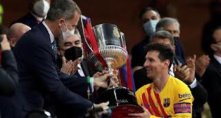 rei entrega copa do rei a Messi