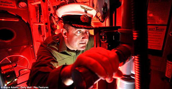 Por que as luzes dentro de submarinos são vermelhas?