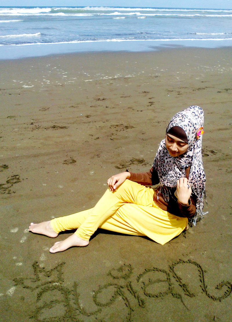 Penunggu pantai Cilacapa cewek imut di dekat Pulau Nusakambangan
