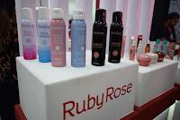 Ruby Rose investe em tratamento de pele e maquiagens para a Beauty Fair 2018