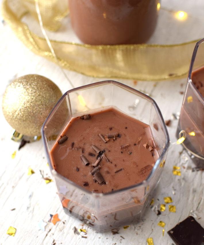 Ponche crema de chocolate fácil servido en vasos cortos con virutas de chocolate
