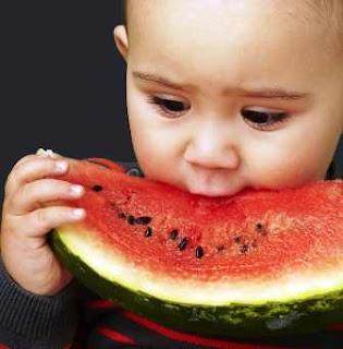 Cukupi Cairan Tubuh Dengan Makan Buah Semangka Setiap Hari
