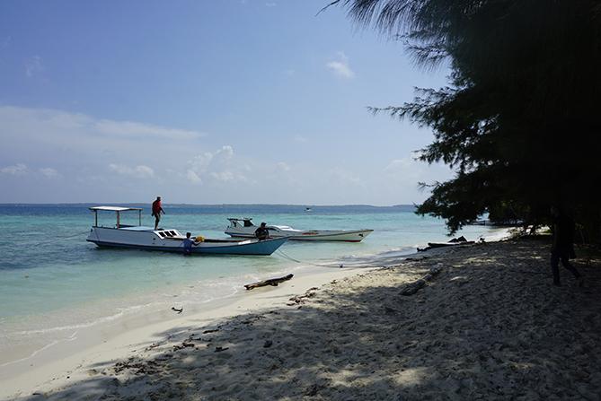 Kapal bersandar di pesisir pulau