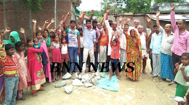 फुलहर में घटिया पीसीसी निर्माण पर ग्रामीणों ने किया विरोध